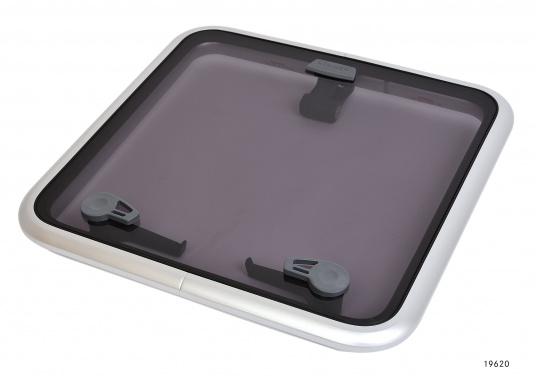 Originale BAVARIA Decksluke mit rauchgrauen Acrylglas. Dank Friktionsscharniere kann die Luke stufenlos geöffnet werden.