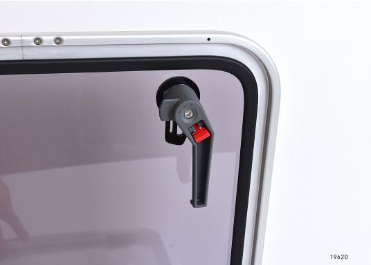 Originale BAVARIA Decksluke mit rauchgrauen Acrylglas. Dank Friktionsscharniere kann die Luke stufenlos geöffnet werden.  (Bild 3 von 4)