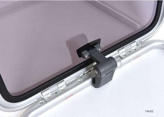 Originale BAVARIA Decksluke mit rauchgrauen Acrylglas. Dank Friktionsscharniere kann die Luke stufenlos geöffnet werden.  (Bild 4 von 4)