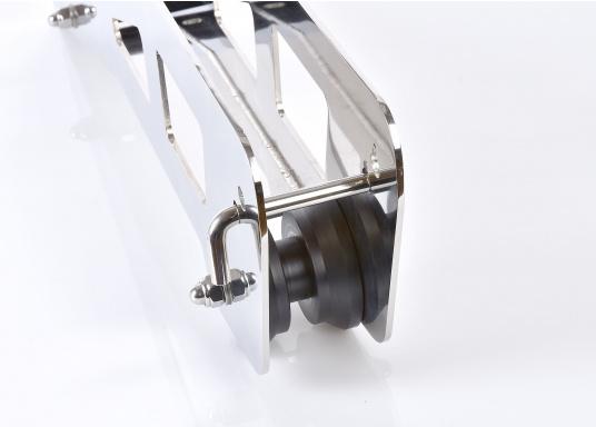 Originaler Bugbeschlag für den Anker Ihrer Segelyacht von BAVARIA. Der Bugbeschlag wird mit vier Schrauben auf dem Deck montiert. Die Gesamtlänge beträgt 660 mm. (Bild 4 von 5)