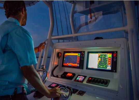 Navigieren, Kontrolle übernehmen und die enorme Funktionsvielfalt optimal ausnutzen – mit NSS evo3. Die SolarMAX™ HD-Anzeigetechnologie bietet ein außergewöhnlich klares Bild und extrem weite Sichtwinkel. Lieferung inklusive 4G Broadband Radar. (Bild 15 von 18)