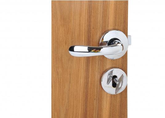 Kompaktes, verchromtes Schloss, ideal für Innen- und WC-Türen. Mit Rosette, jeweils für rechts oder links. Inklusive Säbeldrücker, Knauf, Rosette und 2 Schlüsseln.