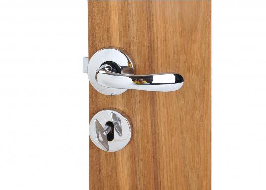 Kompaktes, verchromtes Schloss, ideal für Innen- und WC-Türen. Mit Rosette, jeweils für rechts oder links. Inklusive Säbeldrücker, Knauf, Rosette und 2 Schlüsseln.  (Bild 2 von 3)
