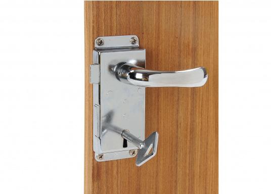 Kompaktes, verchromtes Schloss, ideal für Innen- und WC-Türen. Mit Rosette, jeweils für rechts oder links. Inklusive Säbeldrücker, Knauf, Rosette und 2 Schlüsseln.  (Bild 3 von 3)