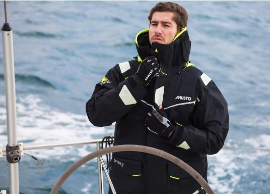 Die Jacke, die dem Offshore-Segler wirklich entspricht. Mit hochstellbarem Kragen und völlig verschließbarer Kapuze. MPX GORE-TEX®Pro steht für das beste Material für anspruchsvolle Segler. (Bild 6 von 15)