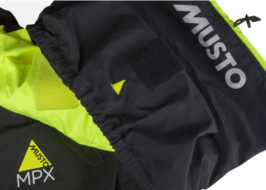 Die Jacke, die dem Offshore-Segler wirklich entspricht. Mit hochstellbarem Kragen und völlig verschließbarer Kapuze. MPX GORE-TEX®Pro steht für das beste Material für anspruchsvolle Segler. (Bild 15 von 15)