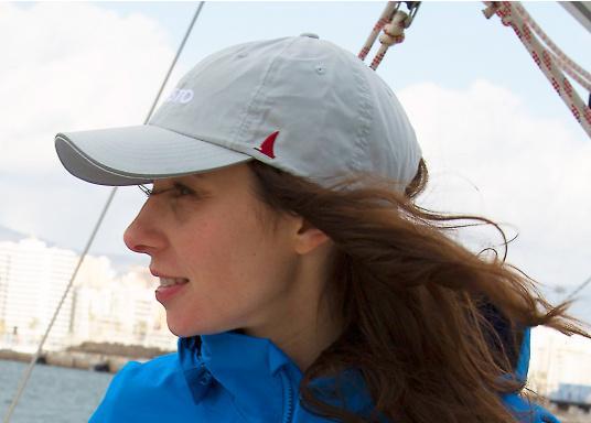 Casquette à séchage rapide avec visière assurant la protection aux UV. Par grand vents, assurez-vous de sécuriser votre casquette vos vêtements grâce à un attache-casquette. (Image 2 de 2)