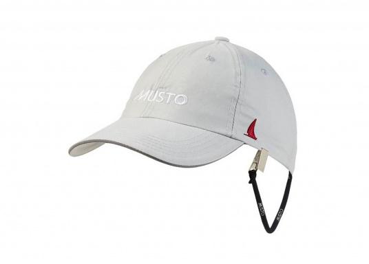 Casquette à séchage rapide avec visière assurant la protection aux UV. Par grand vents, assurez-vous de sécuriser votre casquette vos vêtements grâce à un attache-casquette.
