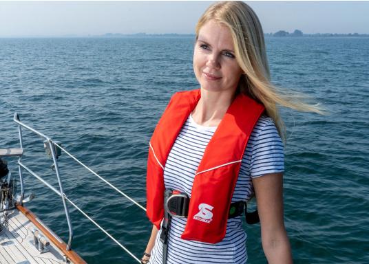 Robuste Rettungsweste, ideal als Einsteigermodel für dieBereiche Yacht- und Fahrtensegeln, Hochseesegeln (Blauwasser) und Motorschiff (Blauwasser) geeignet. Mit einem Auftrieb von 220 N, geeignet für ein Körpergewicht ab 50 kg.  (Bild 4 von 5)