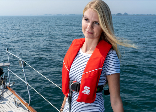 Robust life jacket, ideal as a starter model foryacht and cruise sailing, deep sea sailing (blue water) and on motor ships (blue water). With a buoyancy of 280 N, suitable for a body weight of50 kg and up.  (Image 3 of 5)