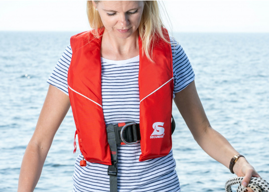 Robust life jacket, ideal as a starter model foryacht and cruise sailing, deep sea sailing (blue water) and on motor ships (blue water). With a buoyancy of 280 N, suitable for a body weight of50 kg and up.  (Image 2 of 5)