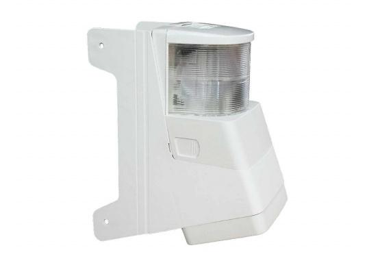 Dieser mit Topplaterne kombinierte Deckstrahler weist nur einen geringen Streuverlust auf und bietet einen präzisen Lichteinfall. Die seitlichen Kunststofflaschen ermöglichen eine einfache Montage an jedem Mastprofil.  (Bild 2 von 5)