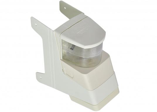 Dieser mit Topplaterne kombinierte Deckstrahler weist nur einen geringen Streuverlust auf und bietet einen präzisen Lichteinfall. Die seitlichen Kunststofflaschen ermöglichen eine einfache Montage an jedem Mastprofil.  (Bild 3 von 5)
