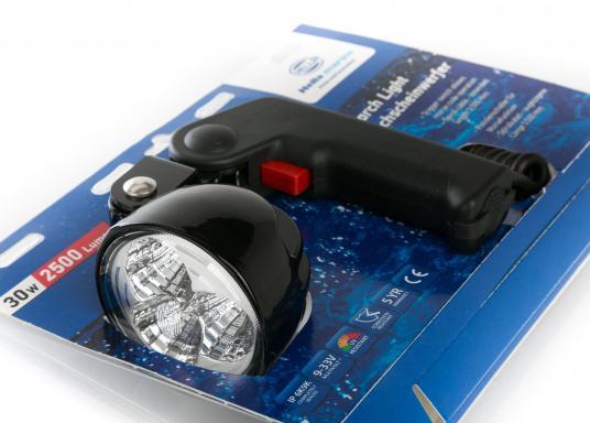 Mit dem kompakten und leistungsstarken Hella Marine Hochleistungs-Hand-Suchscheinwerfer steht Ihnen ein unverzichtbares Hilfsmittel zur Seite, welches Nachtfahrten und Anlegemanöver extrem erleichtert. Der Handscheinwerfer überzeugt mit seiner großen Helligkeit. Aus einem dreifach 10-Watt-LED-Chipsatz generiert er 2500 Lumen neutralweißes Licht. Stromaufnahme 36 Watt @ 12 Volt. (Bild 9 von 9)
