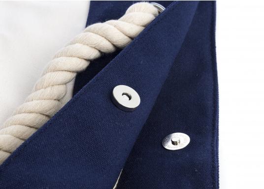 Strandtasche in maritimen Design. Geräumiges Hauptfach mit Druckknopfverschluss und kleinen Innenfächern für Portemonnaie und Handy. (Bild 2 von 4)