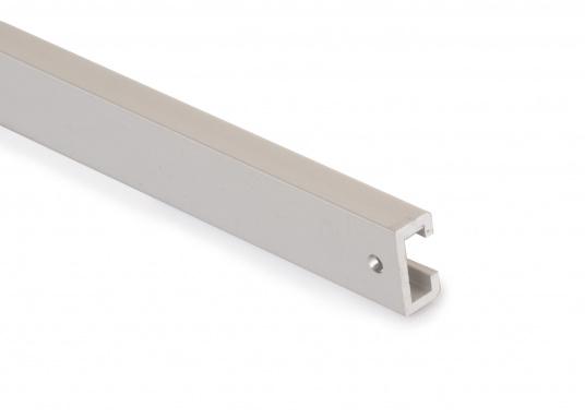 Unsere Kastenschienen aus Aluminium ermöglichen die Montage des Klappverdecks auf Schienen, anstatt direkt auf dem Deck. (Bild 2 von 2)