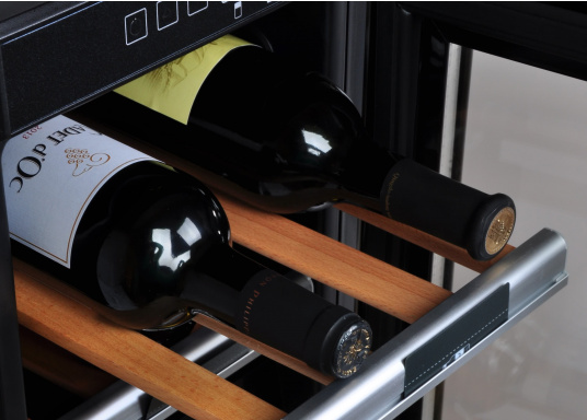 Der Weinkühlschrank D15 der Marke Dometic wird Sie mit seiner professionellen Genauigkeit und seinem unverkennbaren Design überzeugen. Ausgestattet mit einer Zwei-Zonen-Temperatursteuerung bietet der D15 Platz für bis zu 17 Weinflaschen. (Bild 6 von 10)