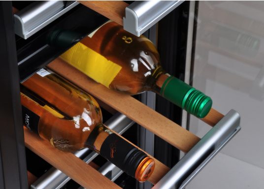 Der Weinkühlschrank D15 der Marke Dometic wird Sie mit seiner professionellen Genauigkeit und seinem unverkennbaren Design überzeugen. Ausgestattet mit einer Zwei-Zonen-Temperatursteuerung bietet der D15 Platz für bis zu 17 Weinflaschen. (Bild 7 von 10)