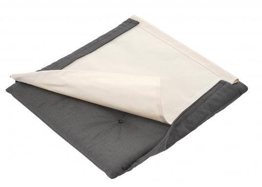 Bequem, praktisch und robust! Der zeitlose Klassiker mit glänzenden Edelstahlbeschlägen, hochwertig gepolsterten Kissen und einer Veredelung aus bestem Teak-Öl ist ein unverzichtbares Möbelstück an Bord.  (Bild 5 von 5)