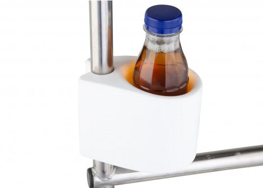 Der Universalhalter eignet sich perfekt zum Halten Getränken, Handys, Brillen, etc. Er kann einfach an die Reling angesteckt werden, somit wird kein Montagematerial benötigt.