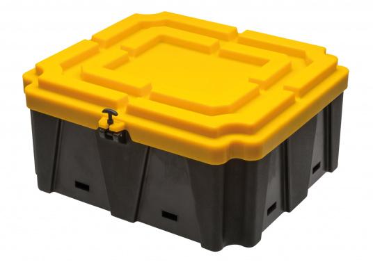Extragroße Batteriekästen aus stabilem Kunststoff. Für eine fachgerechte Montage und einen optimalen Schutz von Nassbatterien an Bord. (Bild 2 von 2)