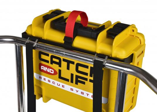 Halterung zur Befestigung des Koffers des Rettungssystems CATCH AND LIFT an der Reling oder am Heckkorb. Die Montage ist ganz einfach und erfolgt ohne Werkzeug. Um einen zügigen Einsatz des Rettungssystems zu gewähren verfügt die Halterung über einen Schnellöffnungsgriff. (Bild 4 von 5)