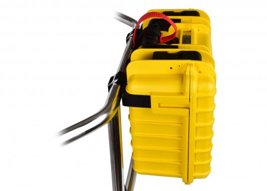 Halterung zur Befestigung des Koffers des Rettungssystems CATCH AND LIFT an der Reling oder am Heckkorb. Die Montage ist ganz einfach und erfolgt ohne Werkzeug. Um einen zügigen Einsatz des Rettungssystems zu gewähren verfügt die Halterung über einen Schnellöffnungsgriff.