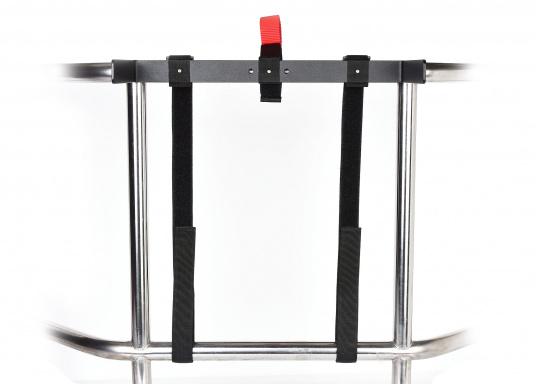 Halterung zur Befestigung des Koffers des Rettungssystems CATCH AND LIFT an der Reling oder am Heckkorb. Die Montage ist ganz einfach und erfolgt ohne Werkzeug. Um einen zügigen Einsatz des Rettungssystems zu gewähren verfügt die Halterung über einen Schnellöffnungsgriff. (Bild 2 von 5)