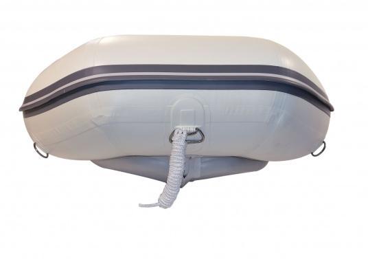 Der neue SEATEC Yachttender AEROTEND 240 vereint alle Vorteile der Lattenbodenboote und Festrumpfschlauchboote in einem: stabiles, festes Unterwasserschiff, sehr gute Fahreigenschaften, geringes Gewicht und hohe Tragkraft. (Bild 4 von 8)