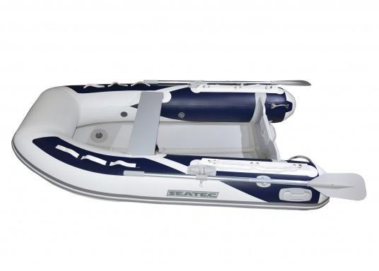 Das neue SEATEC Schlauchboot AEROTEND 240 vereint alle Vorteile der Lattenbodenboote und Festrumpfschlauchboote in einem: stabiles, festes Unterwasserschiff, sehr gute Fahreigenschaften, geringes Gewicht und hohe Tragkraft. (Bild 2 von 11)