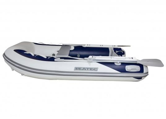 Das neue SEATEC Schlauchboot AEROTEND 240 vereint alle Vorteile der Lattenbodenboote und Festrumpfschlauchboote in einem: stabiles, festes Unterwasserschiff, sehr gute Fahreigenschaften, geringes Gewicht und hohe Tragkraft.