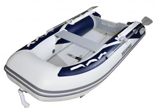 Das neue SEATEC Schlauchboot AEROTEND 240 vereint alle Vorteile der Lattenbodenboote und Festrumpfschlauchboote in einem: stabiles, festes Unterwasserschiff, sehr gute Fahreigenschaften, geringes Gewicht und hohe Tragkraft. (Bild 3 von 11)