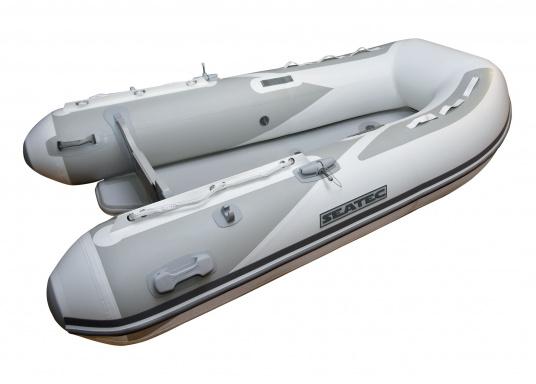 Das neue SEATEC Schlauchboot AEROTEND 240 vereint alle Vorteile der Lattenbodenboote und Festrumpfschlauchboote in einem: stabiles, festes Unterwasserschiff, sehr gute Fahreigenschaften, geringes Gewicht und hohe Tragkraft. (Bild 2 von 9)