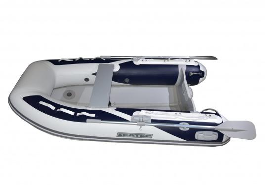 Das neue SEATEC Schlauchboot AEROTEND 260 vereint alle Vorteile der Lattenbodenboote und Festrumpfschlauchboote in einem: stabiles, festes Unterwasserschiff, sehr gute Fahreigenschaften, geringes Gewicht und hohe Tragkraft. (Bild 6 von 16)