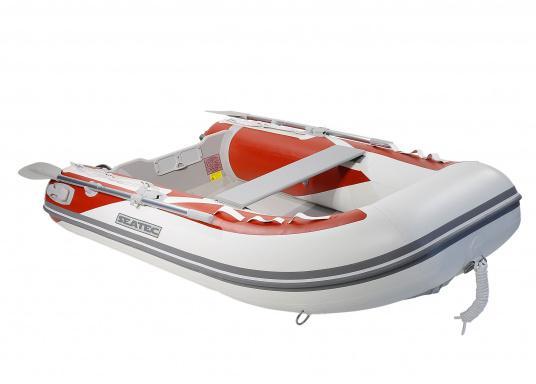 Das neue SEATEC Schlauchboot AEROTEND 260 vereint alle Vorteile der Lattenbodenboote und Festrumpfschlauchboote in einem: stabiles, festes Unterwasserschiff, sehr gute Fahreigenschaften, geringes Gewicht und hohe Tragkraft. (Bild 2 von 8)