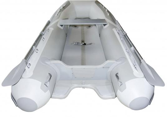 Das neue SEATEC Schlauchboot AEROTEND 260 vereint alle Vorteile der Lattenbodenboote und Festrumpfschlauchboote in einem: stabiles, festes Unterwasserschiff, sehr gute Fahreigenschaften, geringes Gewicht und hohe Tragkraft. (Bild 4 von 13)