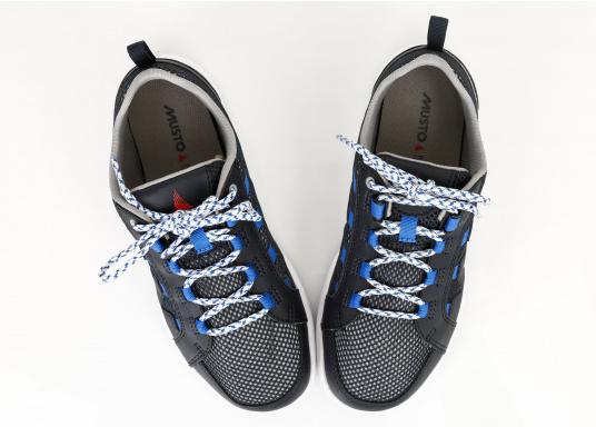 Der richtige Schuh für sportliches Segeln. Das schnell trocknende Mesh-Material und die griffige Decksohle, bestehend aus einer rutschfesten Gummimischung, sorgt für sicheren Halt auf nassen Oberflächen. Der Bootsschuh NAUTIC SPEED von musto bietet optimalen Lauf- und Klimakomfort. (Bild 3 von 8)