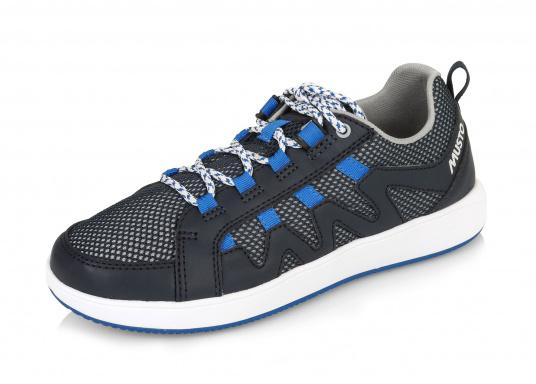 Der richtige Schuh für sportliches Segeln. Das schnell trocknende Mesh-Material und die griffige Decksohle, bestehend aus einer rutschfesten Gummimischung, sorgt für sicheren Halt auf nassen Oberflächen. Der Bootsschuh NAUTIC SPEED von musto bietet optimalen Lauf- und Klimakomfort.