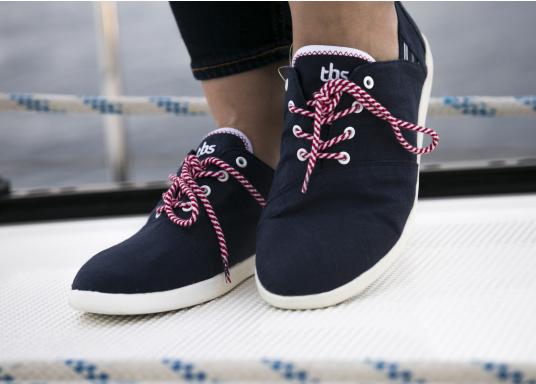 Modischer Canvas Damenschuh der Marke TBS in der Farbe marine blau. Der Schuh ist äußerst komfortabel zu tragen und passt sich dank des geschmeidigen Materials optimal an die Fußform an. (Bild 2 von 12)