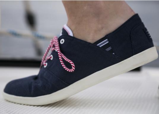 Modischer Canvas Damenschuh der Marke TBS in der Farbe marine blau. Der Schuh ist äußerst komfortabel zu tragen und passt sich dank des geschmeidigen Materials optimal an die Fußform an. (Bild 3 von 12)