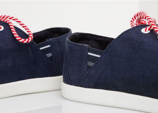 Modischer Canvas Damenschuh der Marke TBS in der Farbe marine blau. Der Schuh ist äußerst komfortabel zu tragen und passt sich dank des geschmeidigen Materials optimal an die Fußform an. (Bild 12 von 12)