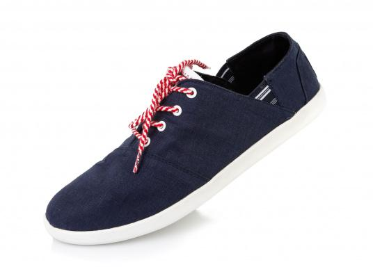 Modischer Canvas Damenschuh der Marke TBS in der Farbe marine blau. Der Schuh ist äußerst komfortabel zu tragen und passt sich dank des geschmeidigen Materials optimal an die Fußform an.