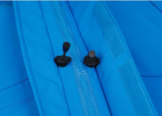 Die Jacke, die dem Offshore-Segler wirklich entspricht. Mit hochstellbarem Kragen und völlig verschließbarer Kapuze. MPX GORE-TEX®Pro steht für das beste Material für anspruchsvolle Segler.Erhältlich in den Größen: M bis XXL. HINWEIS!Bitte geben Sie die gewünschten Konfektionsgrößen im Kommentarfeld der Bestellung an. (Bild 12 von 23)