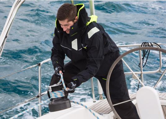 Die Bekleidung, die dem Offshore-Segler wirklich entspricht. Mit hochstellbarem Kragen und völlig verschließbarer Kapuze. MPX GORE-TEX®Pro steht für das beste Material für anspruchsvolle Segler. (Bild 8 von 20)