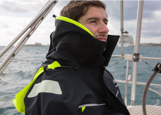 Die Bekleidung, die dem Offshore-Segler wirklich entspricht. Mit hochstellbarem Kragen und völlig verschließbarer Kapuze. MPX GORE-TEX®Pro steht für das beste Material für anspruchsvolle Segler. (Bild 9 von 20)