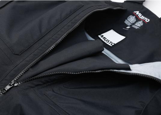 Die Bekleidung, die dem Offshore-Segler wirklich entspricht. Mit hochstellbarem Kragen und völlig verschließbarer Kapuze. MPX GORE-TEX®Pro steht für das beste Material für anspruchsvolle Segler. (Bild 17 von 20)