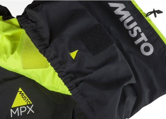 Die Bekleidung, die dem Offshore-Segler wirklich entspricht. Mit hochstellbarem Kragen und völlig verschließbarer Kapuze. MPX GORE-TEX®Pro steht für das beste Material für anspruchsvolle Segler. (Bild 11 von 20)
