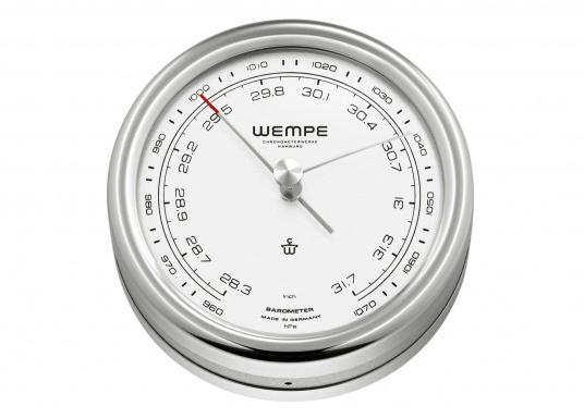 Der WEMPE Barometer PILOT V zeigt den Luftdruck in hPa an und steckt in einem Edelstahl-Gehäuse mit einem Durchmesser von 100 mm.