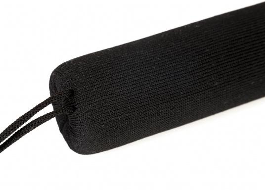 Praktische Relingsdrahtpolsterung, die ein angenehmes Anlehnen an der Reling ermöglicht. Der Bezug beteht aus einem nahtlosem und UV-Beständigem Polyester. Länge: 1 m. Farbe: schwarz. (Bild 3 von 4)