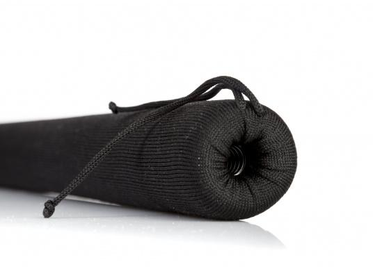 Praktische Relingsdrahtpolsterung, die ein angenehmes Anlehnen an der Reling ermöglicht. Der Bezug beteht aus einem nahtlosem und UV-Beständigem Polyester. Länge: 1 m. Farbe: schwarz. (Bild 2 von 4)